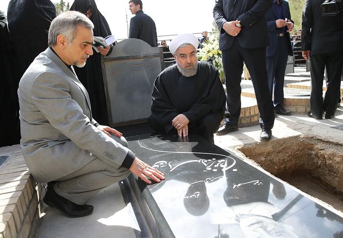 (تصاویر) تشییع و خاکسپاری والده رئیسجمهور